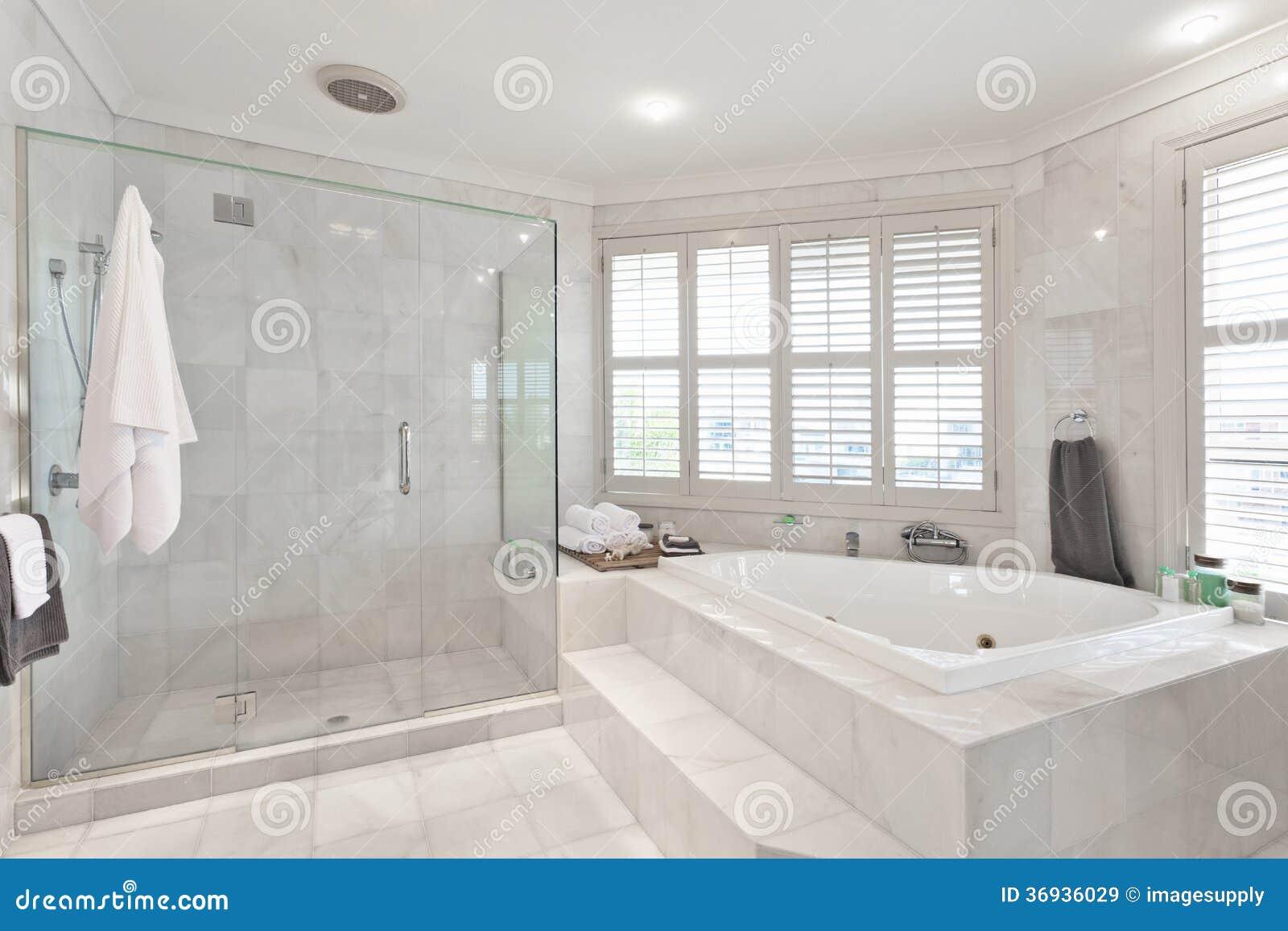 Mooie moderne badkamers in australisch herenhuis stock afbeelding