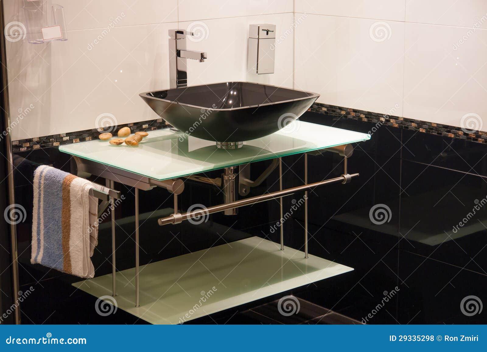 Mooie moderne badkamers in het nieuwe huis van de luxe stock foto
