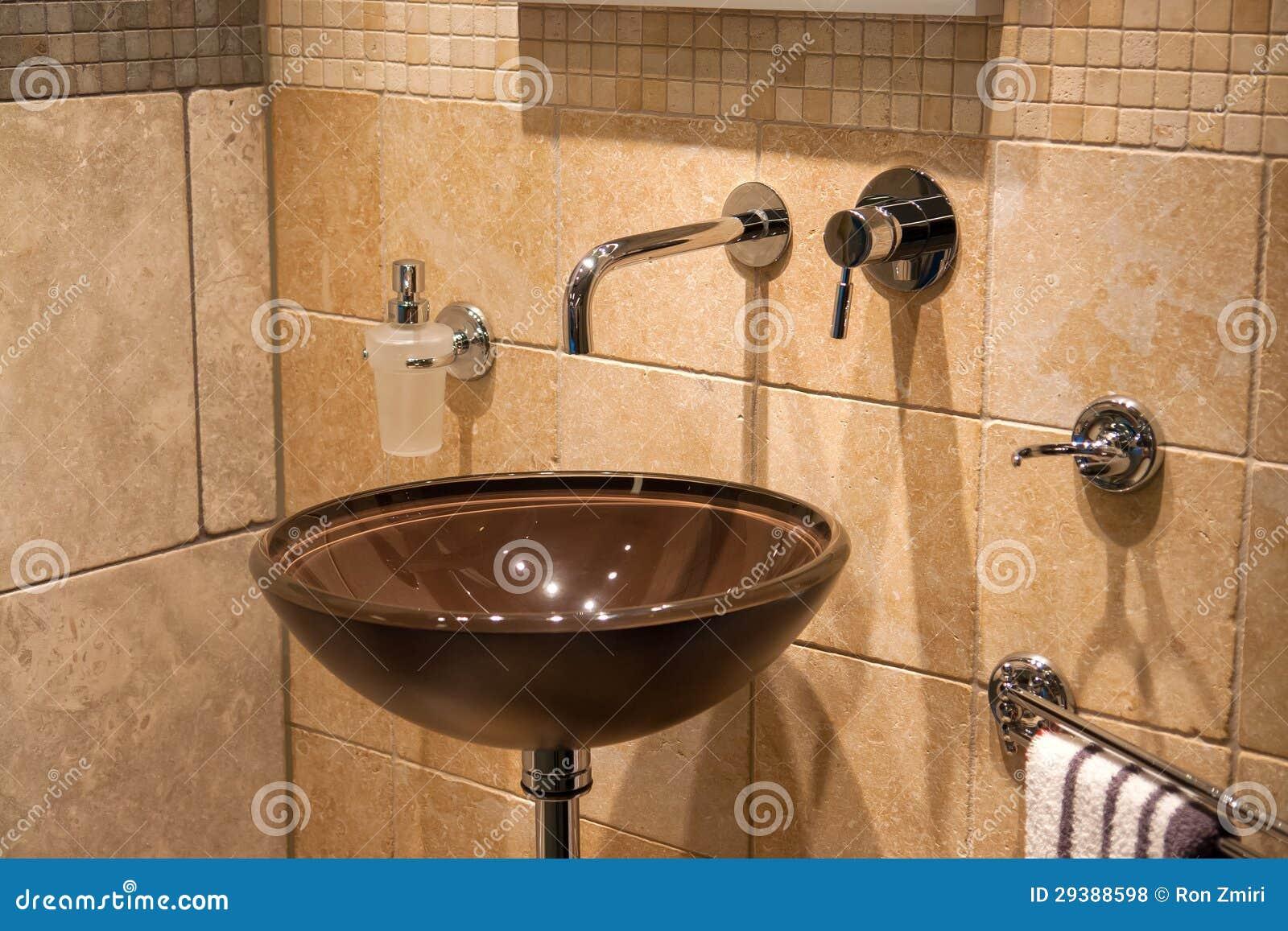 Mooie moderne klassieke badkamers in het nieuwe huis van de luxe