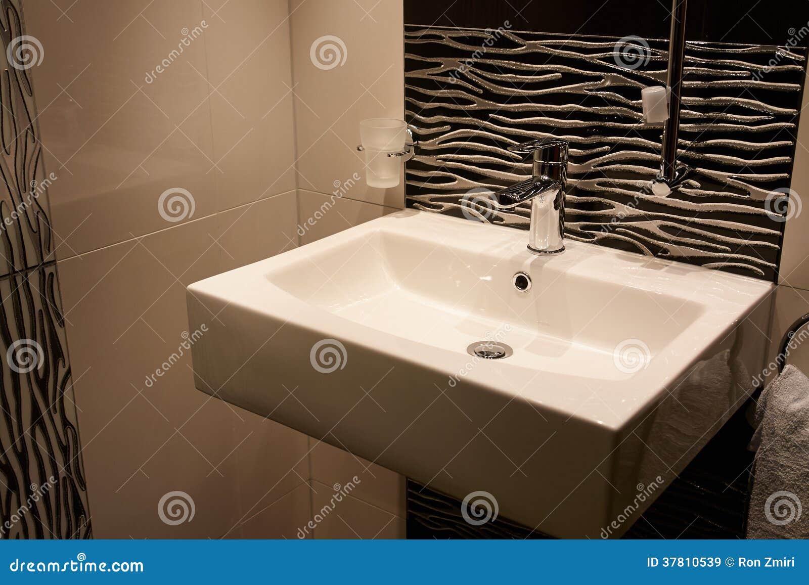Mooie moderne klassieke badkamers in luxe nieuw huis royalty vrije stock afbeeldingen - Badkamers ...