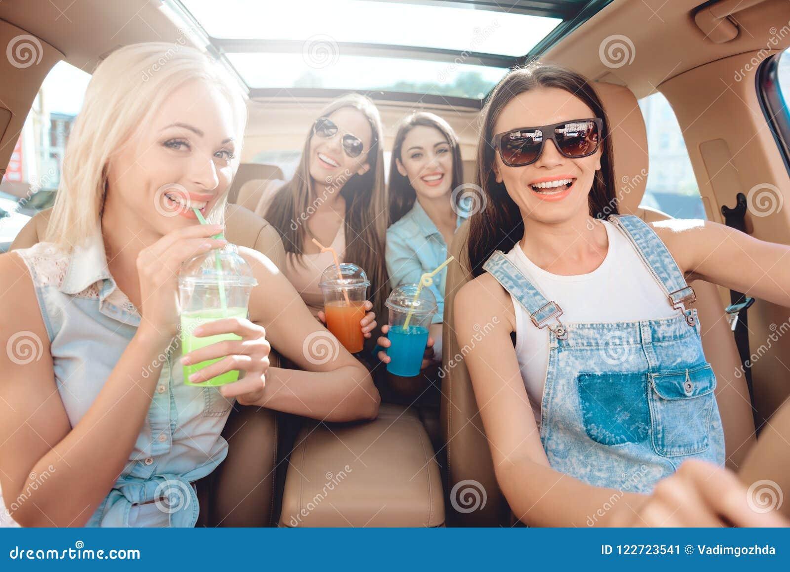 Mooie Modieuze Meisjes die Camera het Lachen bekijken
