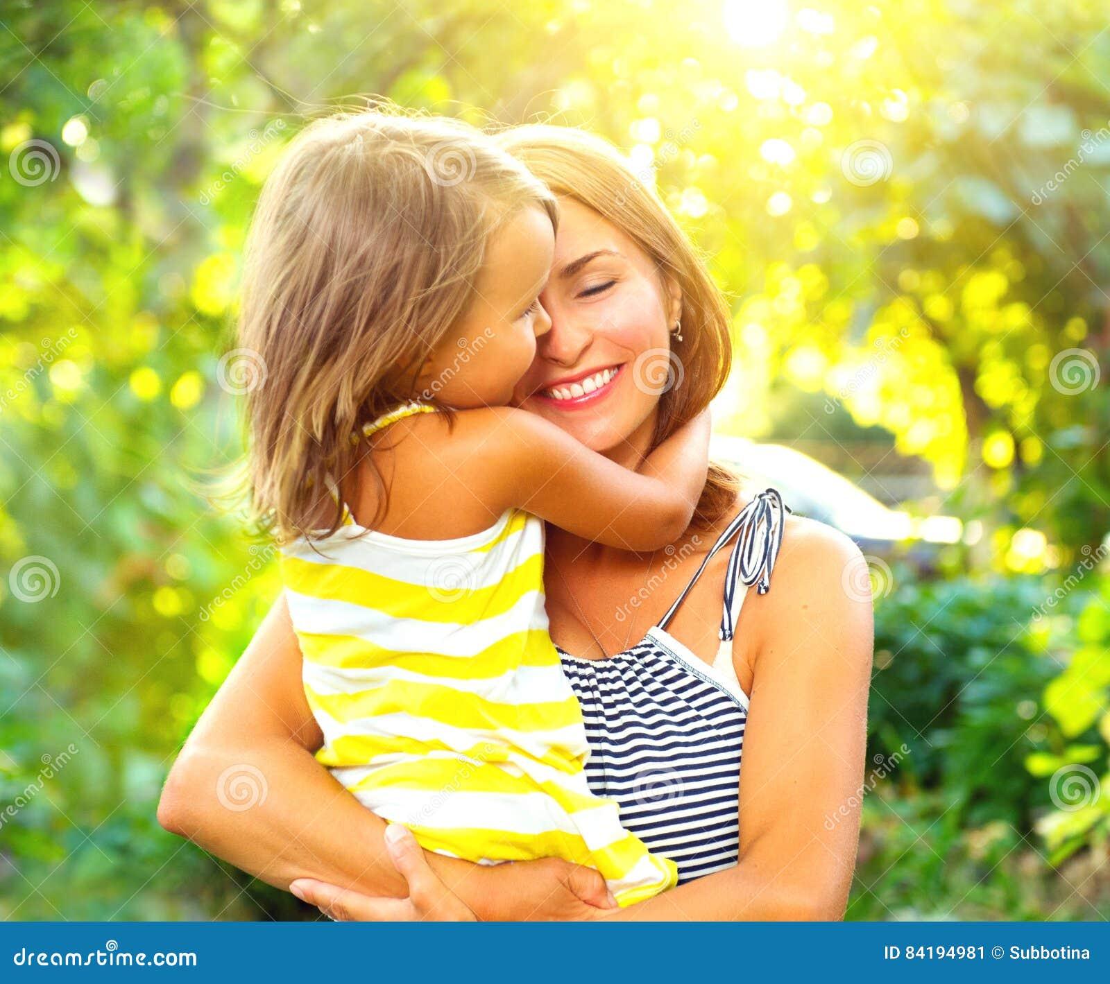 Mooie moeder en haar weinig dochter
