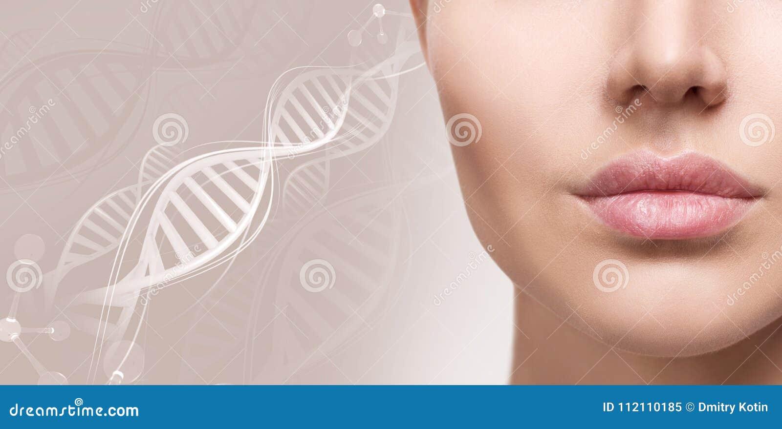 Mooie mollige vrouwelijke lippen onder DNA-kettingen