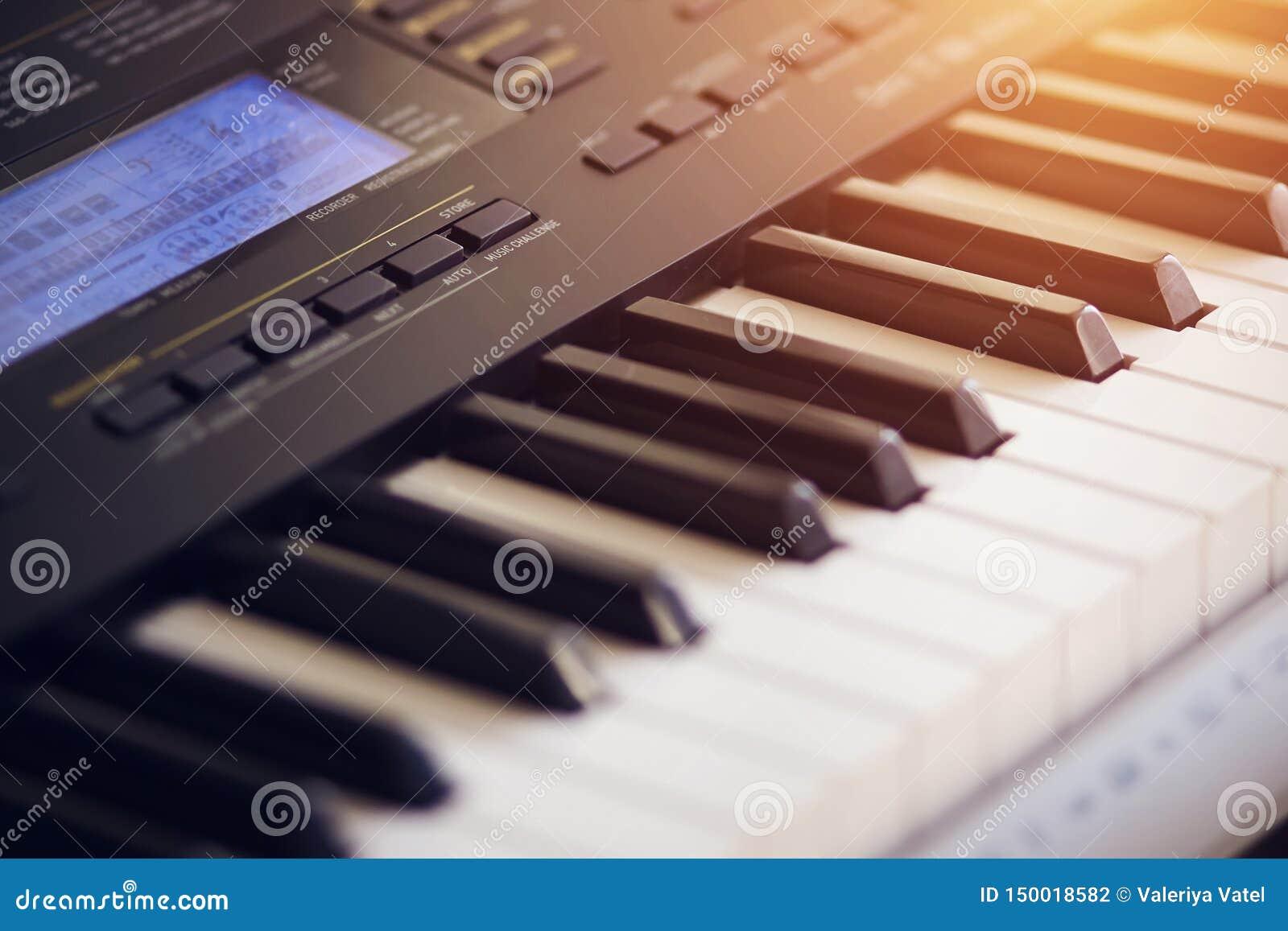 Mooie nieuwe synthesizer die door de oranje stralen wordt verlicht