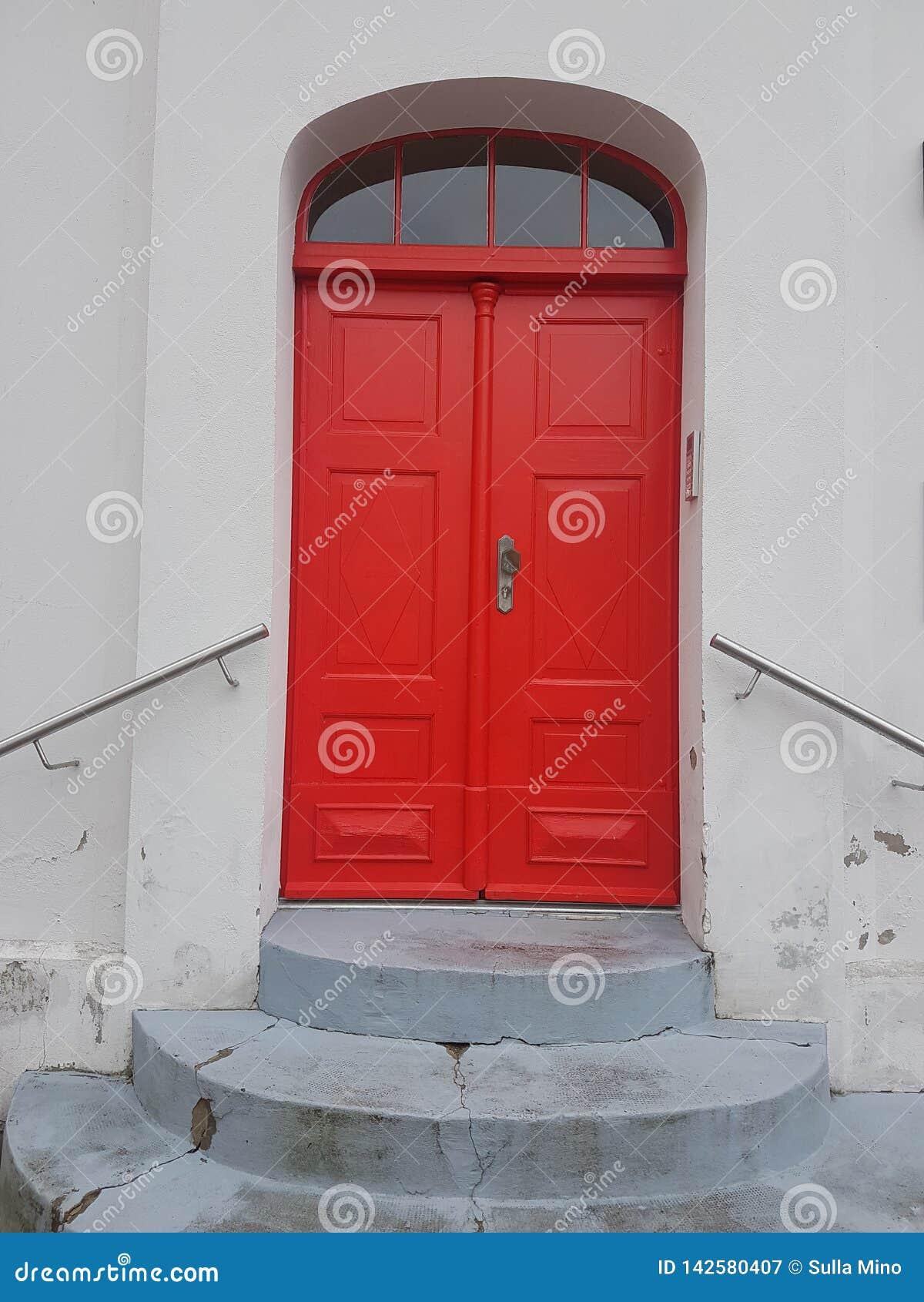 Mooie, oude rode deur