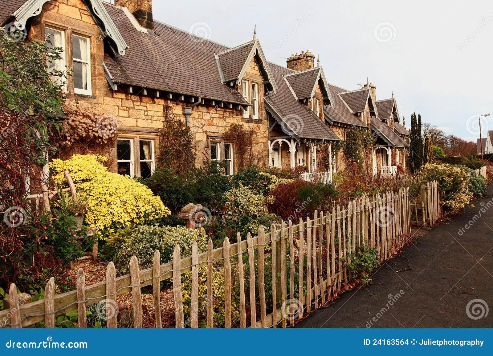 Mooie oude traditionele schotse huizen stock foto afbeelding 24163564 - Foto huizen ...