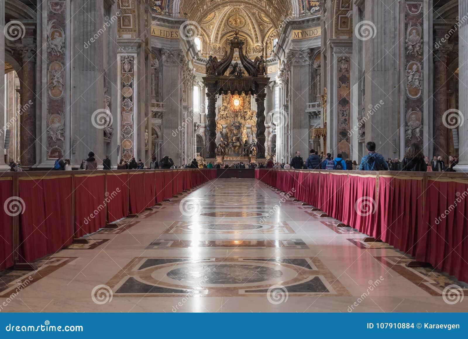Mooie oude vensters in Rome (Italië) 04 december, 2017: De basiliekbinnenland van heilige Peter ` s