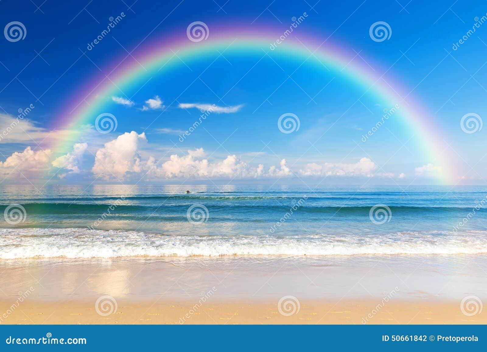 Mooie overzees met een regenboog in de hemel