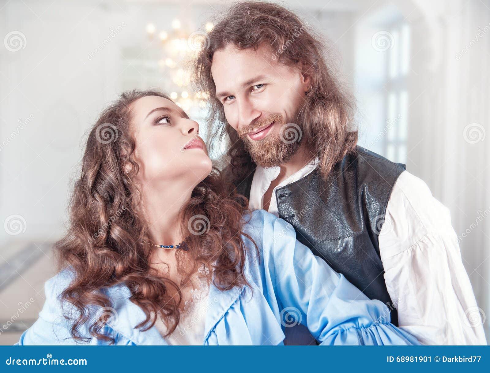 Mooie paarvrouw en man in middeleeuwse kleren
