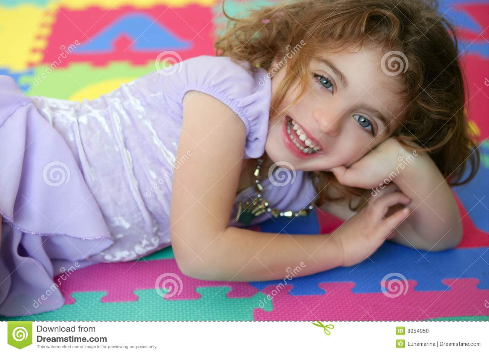 Mooie prinsesmeisje het glimlachen het liggen vloer