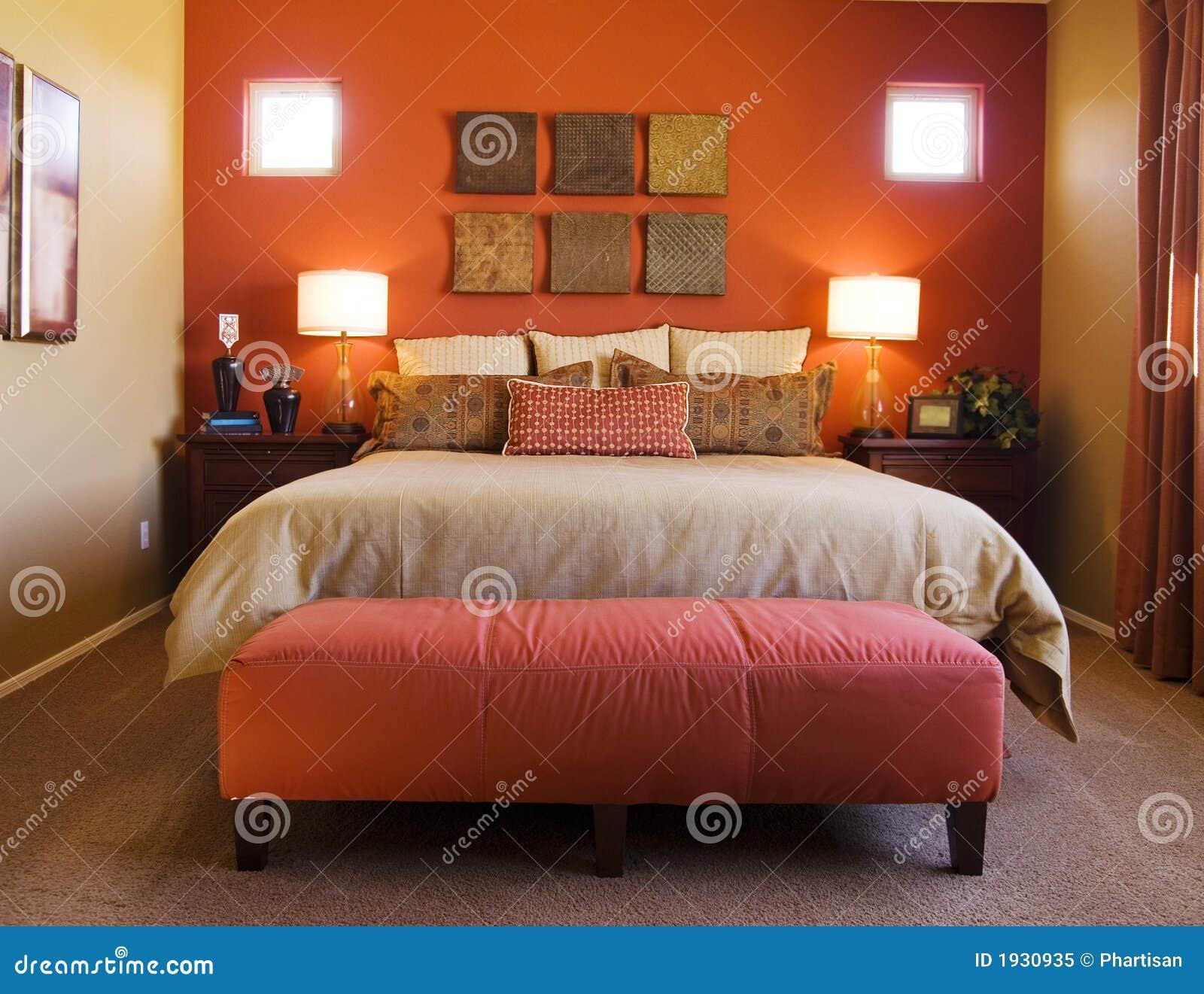 Mooie Rode Slaapkamer stock afbeelding. Afbeelding bestaande uit ...