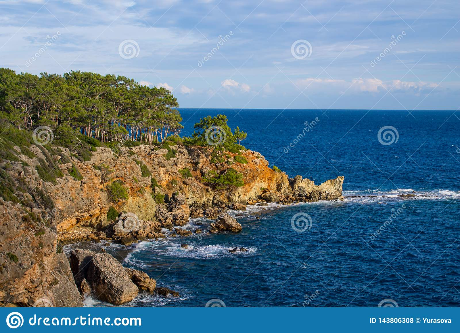 Mooie rotsachtige steile kust en grote golven