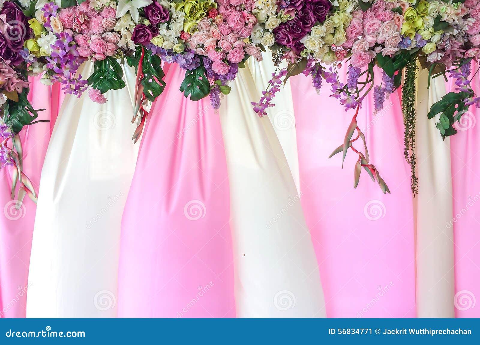 Mooie Roze en Witte TextieldieAchtergrond met Bloemendekking als Malplaatje wordt gebruikt