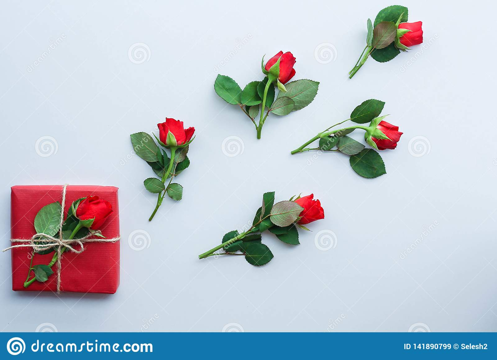 Mooie rozen en giftdoos op lichte achtergrond