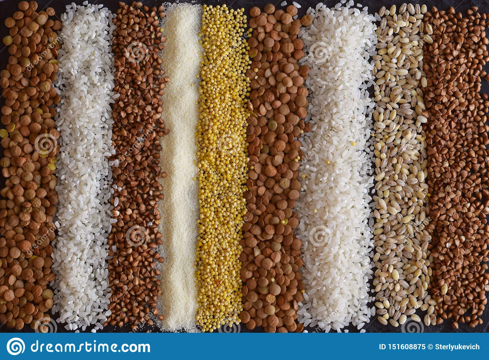 Mooie samenstelling van verschillende korrels op de lijst: boekweit, gierst, griesmeel, linzen, parelgort, rijst