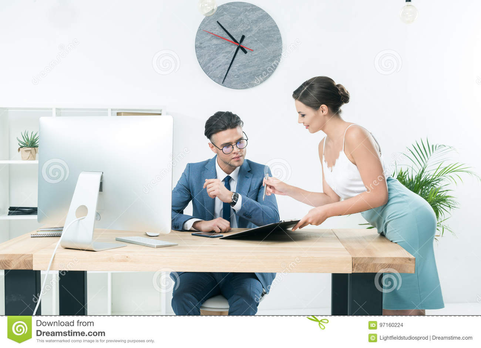 Mooie secretaresse die aan haar werkgever op kantoor spreken