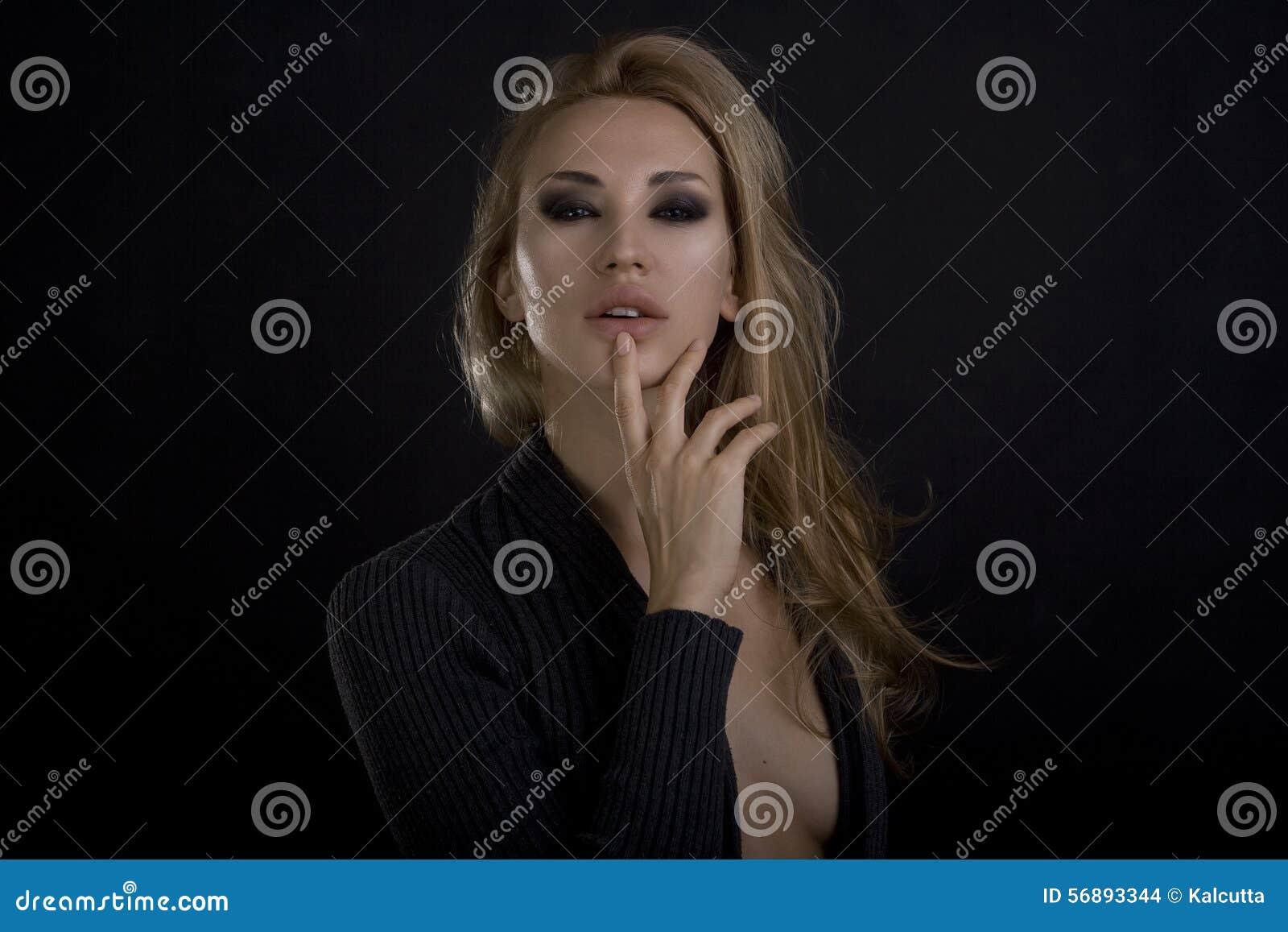 Mooie sexy blonde vrouw Donkere achtergrond De ogenmake-up van Smokey