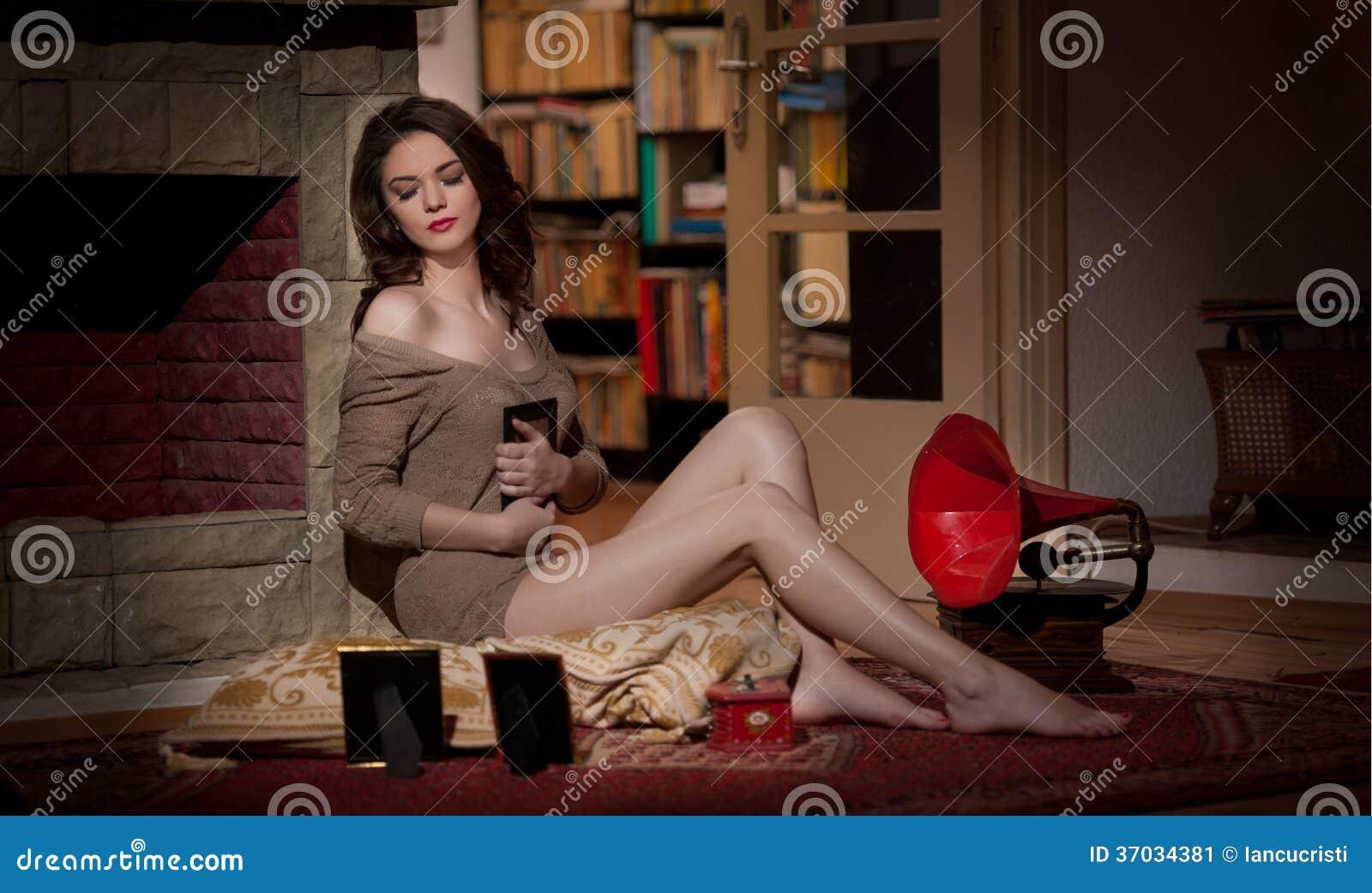 Mooie sexy vrouw dichtbij een rode die grammofoon door fotokaders wordt omringd in uitstekend landschap. Portret van meisje in sla