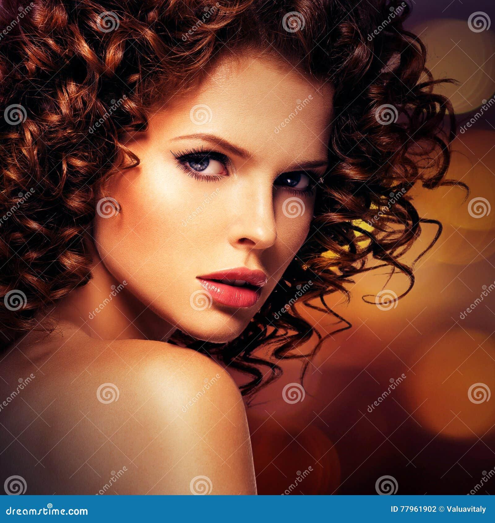 Mooie sexy vrouw met donkerbruin krullend haar