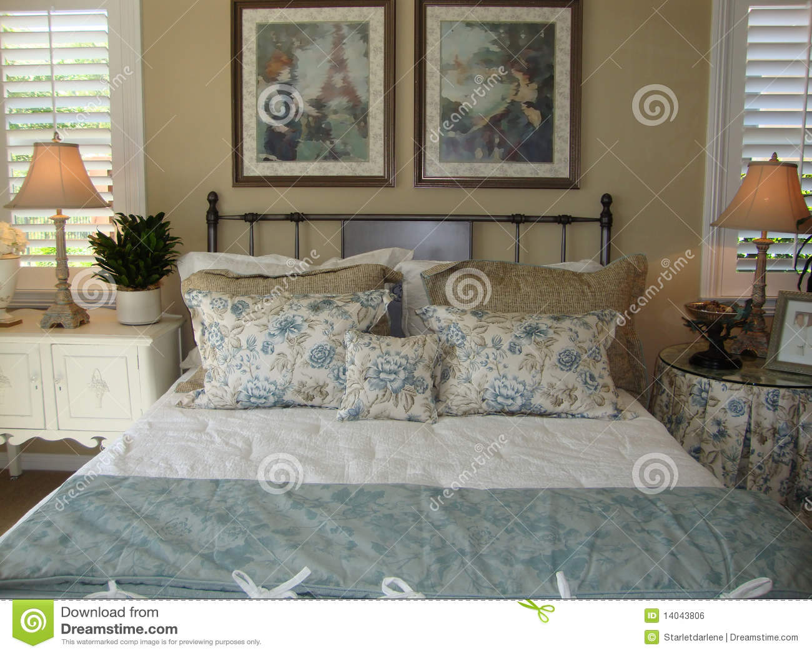 Mooie slaapkamer met blauwe en witte kleuren, beige muren, twee bed ...