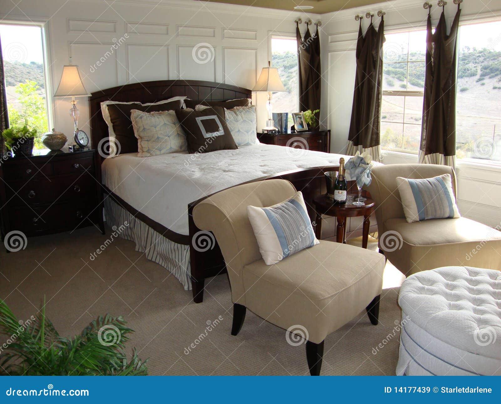 Mooie slaapkamer met een zittingsgebied. Kruk van de twee chiars de ...