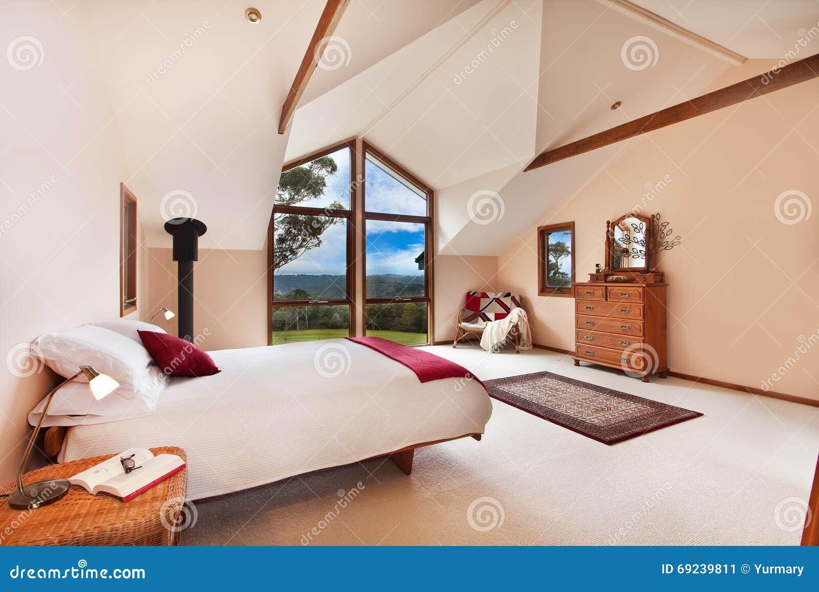 Mooie Slaapkamer Met Een Groot Bed Stock Foto - Afbeelding: 69239811