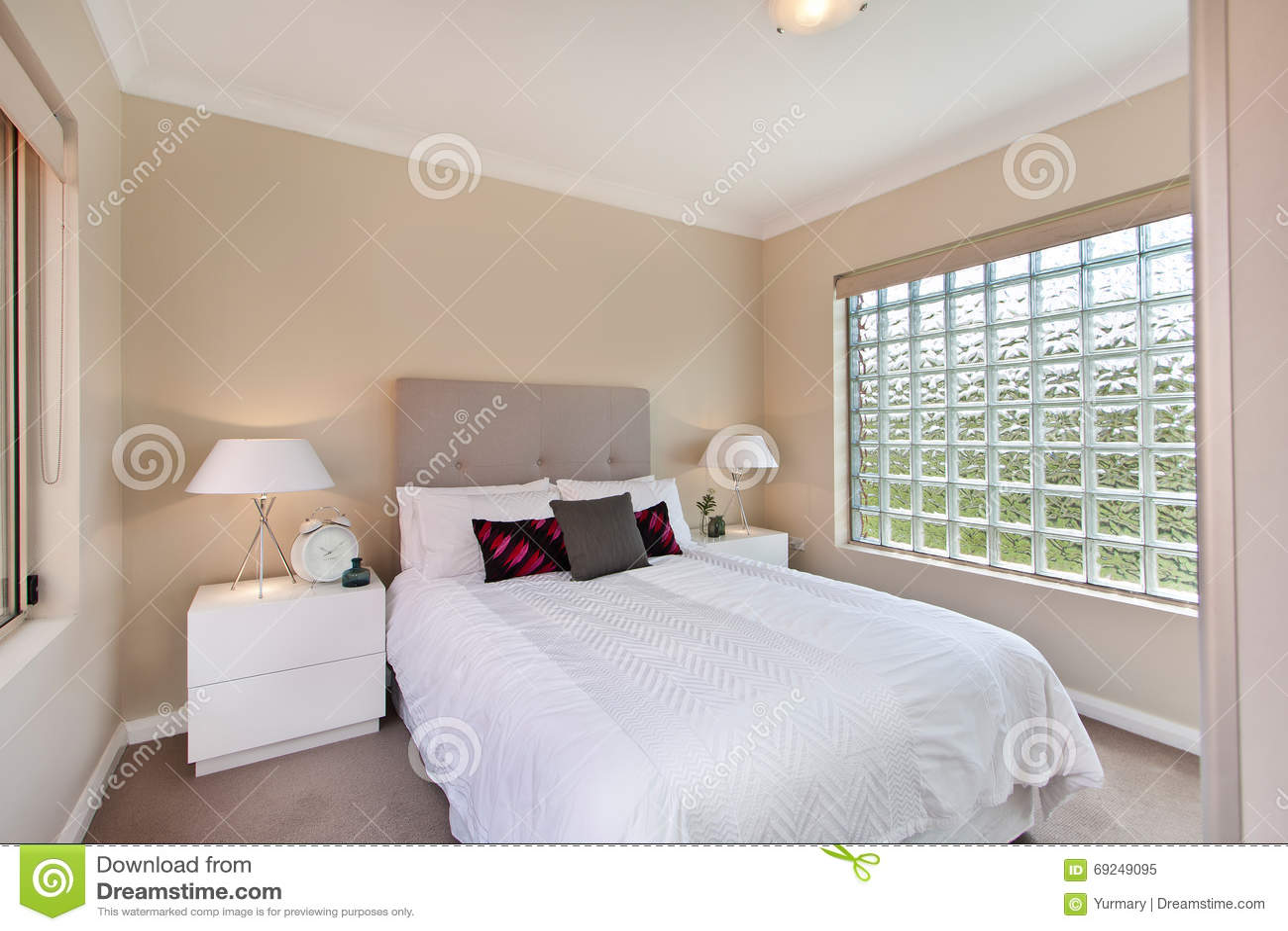 Mooie Slaapkamer Met Een Groot Bed Stock Afbeelding - Afbeelding ...