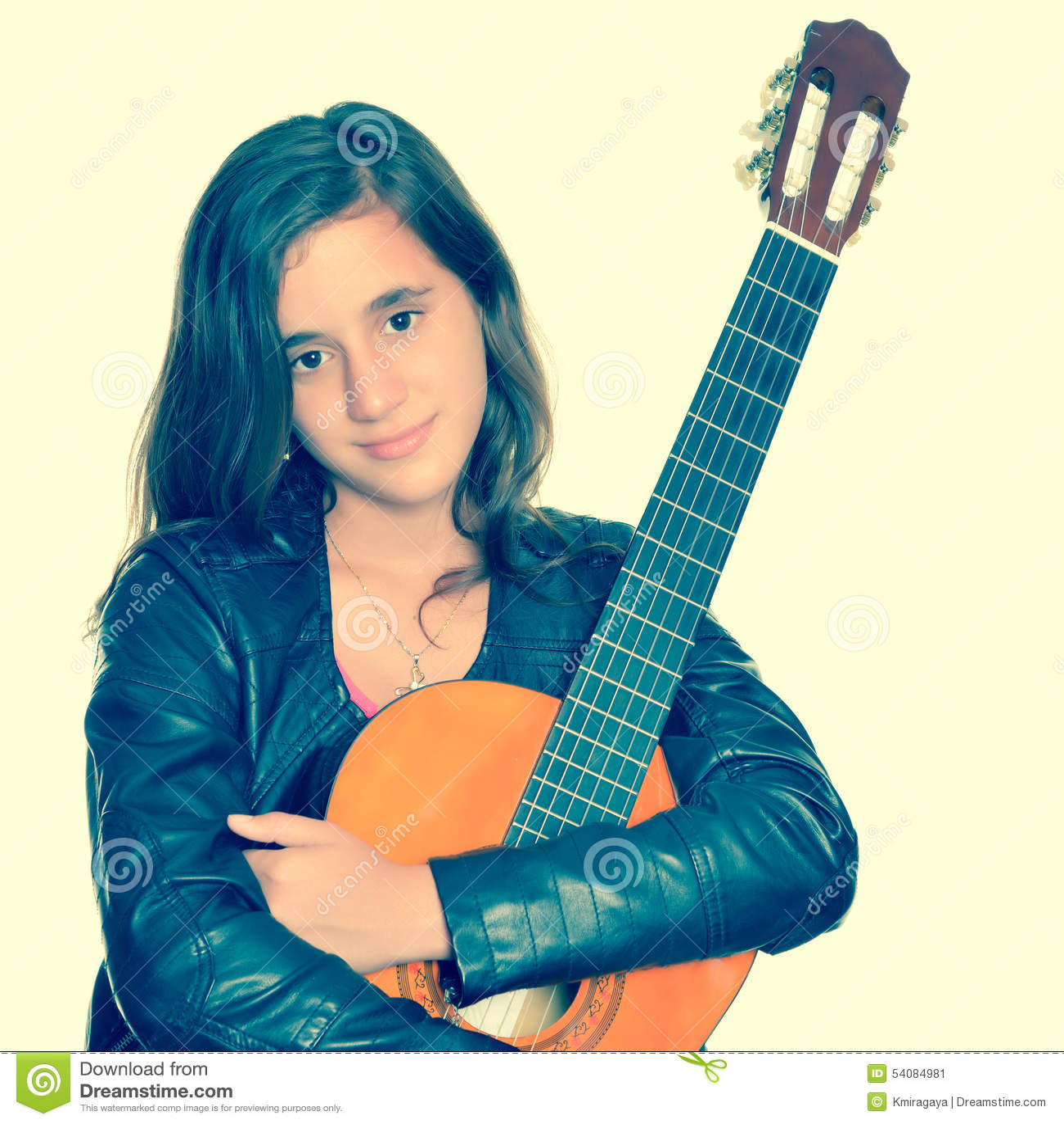 Mooie Spaanse tiener die haar akoestische gitaar koesteren