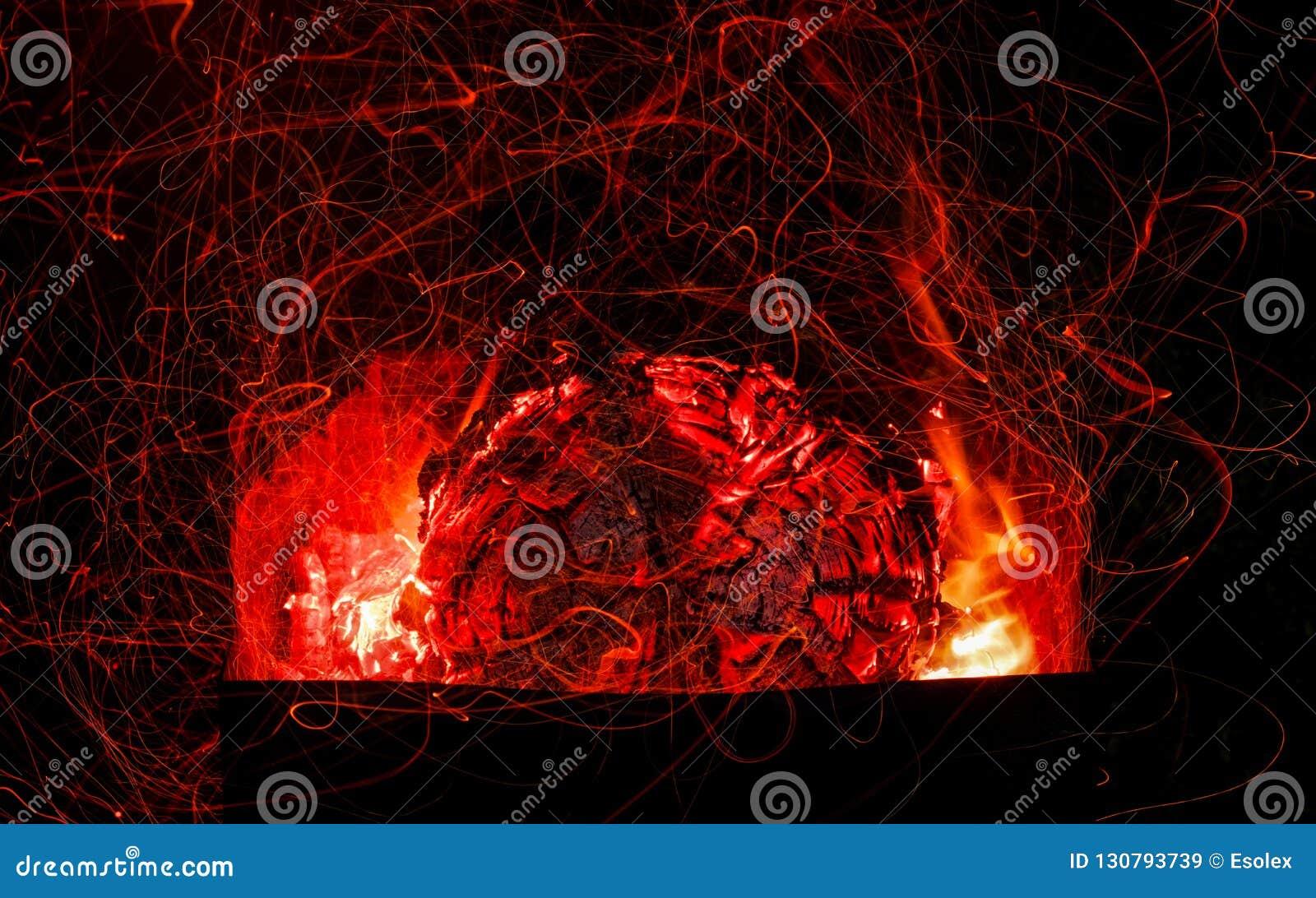 Mooie steenkolen in de grill Het kamperen in aard