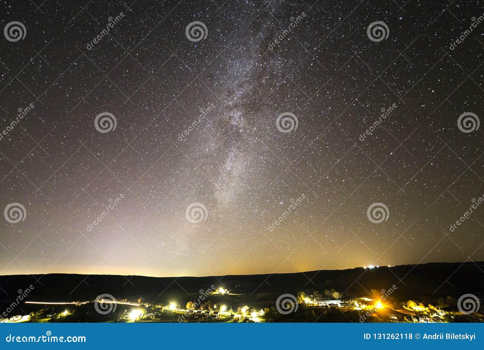 Mooie sterrige donkere nachthemel over landelijk landschap
