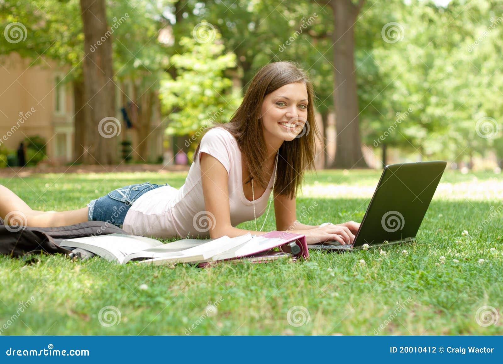 Mooie student die thuiswerk doet