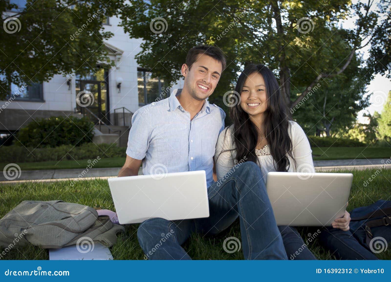 Mooie Studenten die samen bestuderen