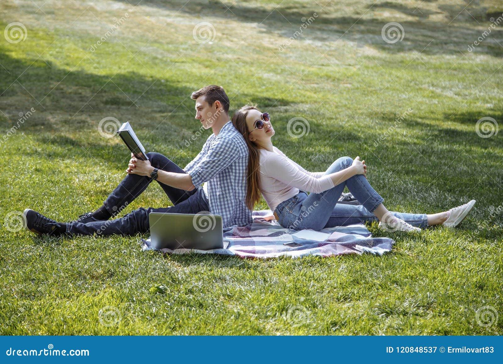 Mooie studenten Paar van mooie studenten die na school rusten