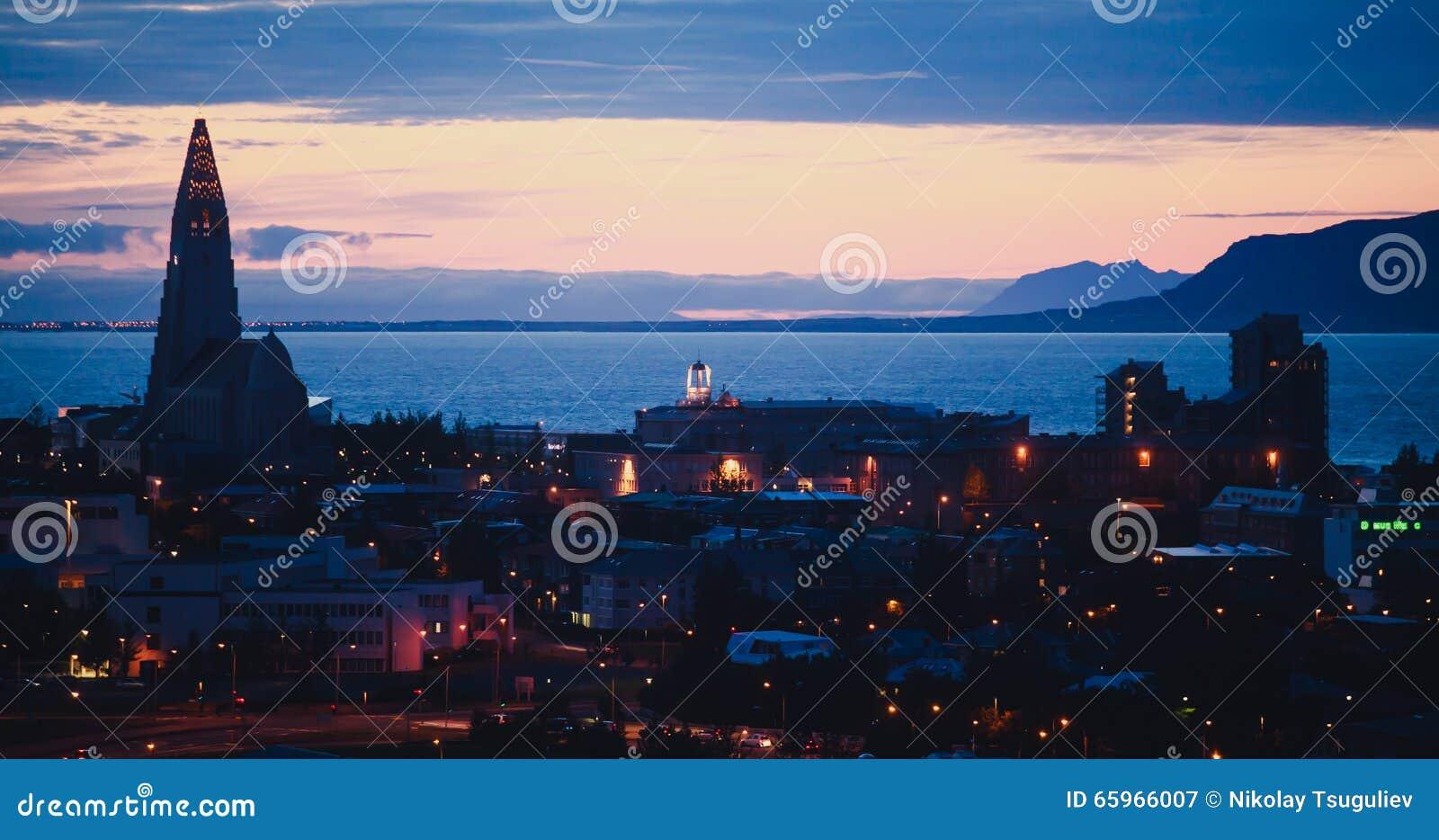 Mooie super brede hoek luchtmening van Reykjavik, IJsland met haven en horizonbergen en landschap voorbij de stad, gezien F