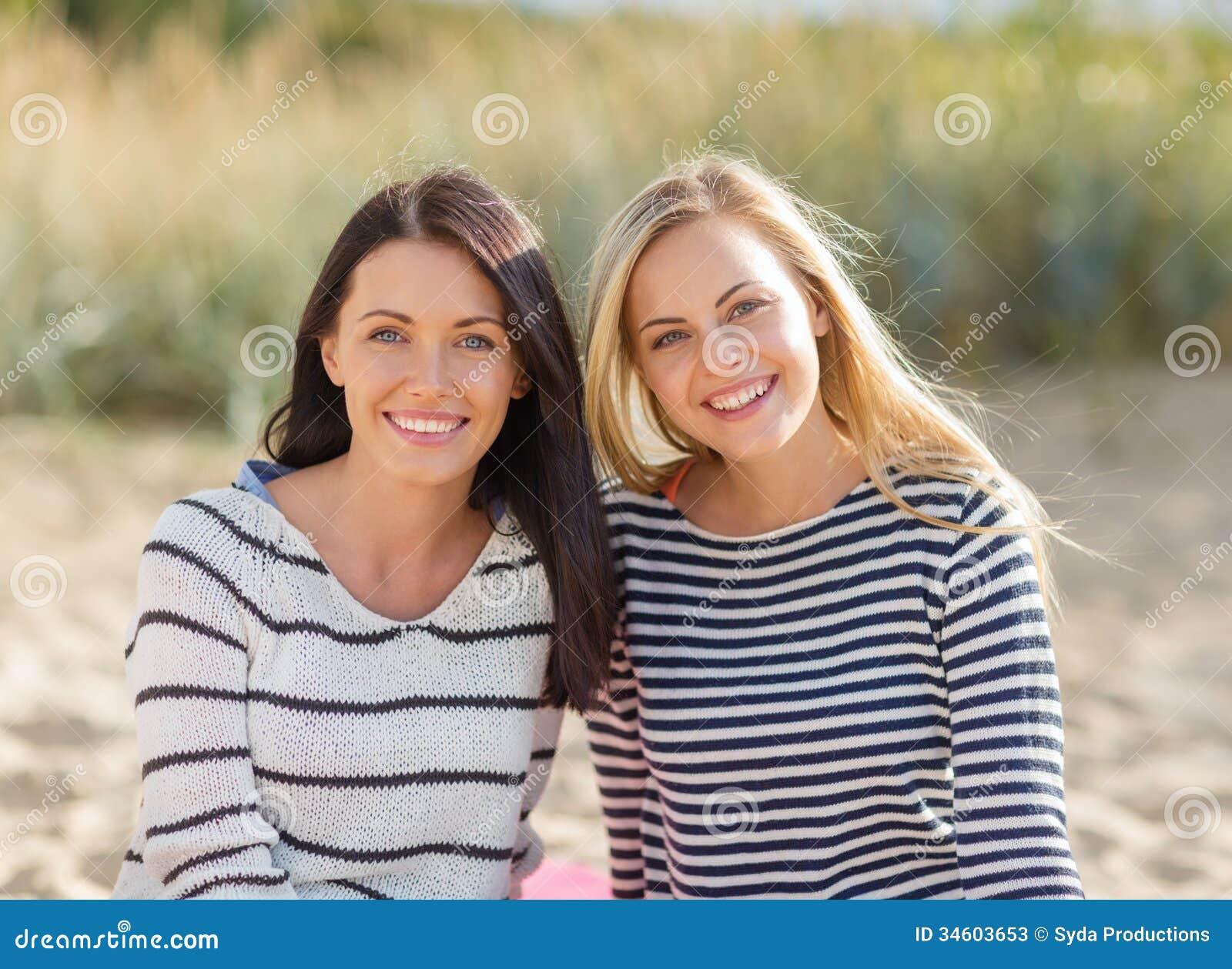 Mooie tieners of jonge vrouwen die pret hebben