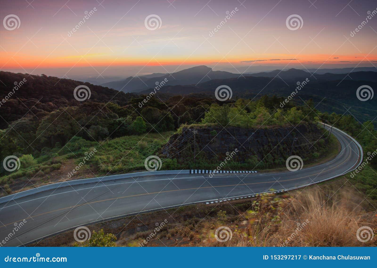 Mooie toneel van mistig in ochtend met zonsopgang bovenop berg a