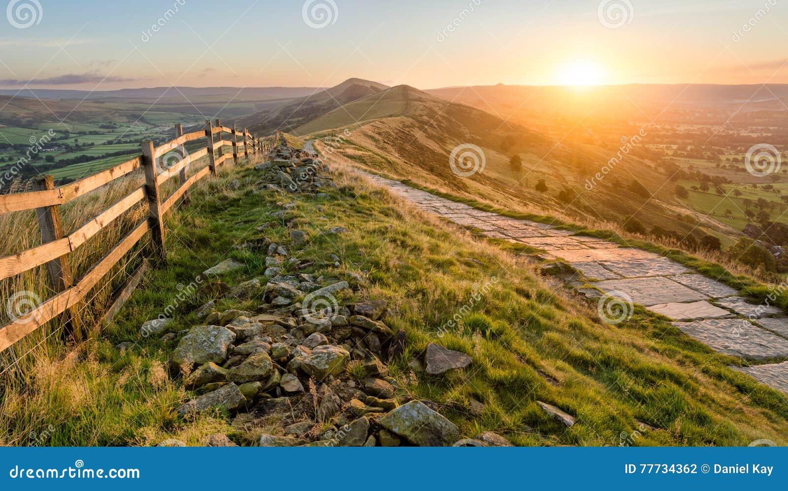 Mooie trillende zonsopgang met steenweg