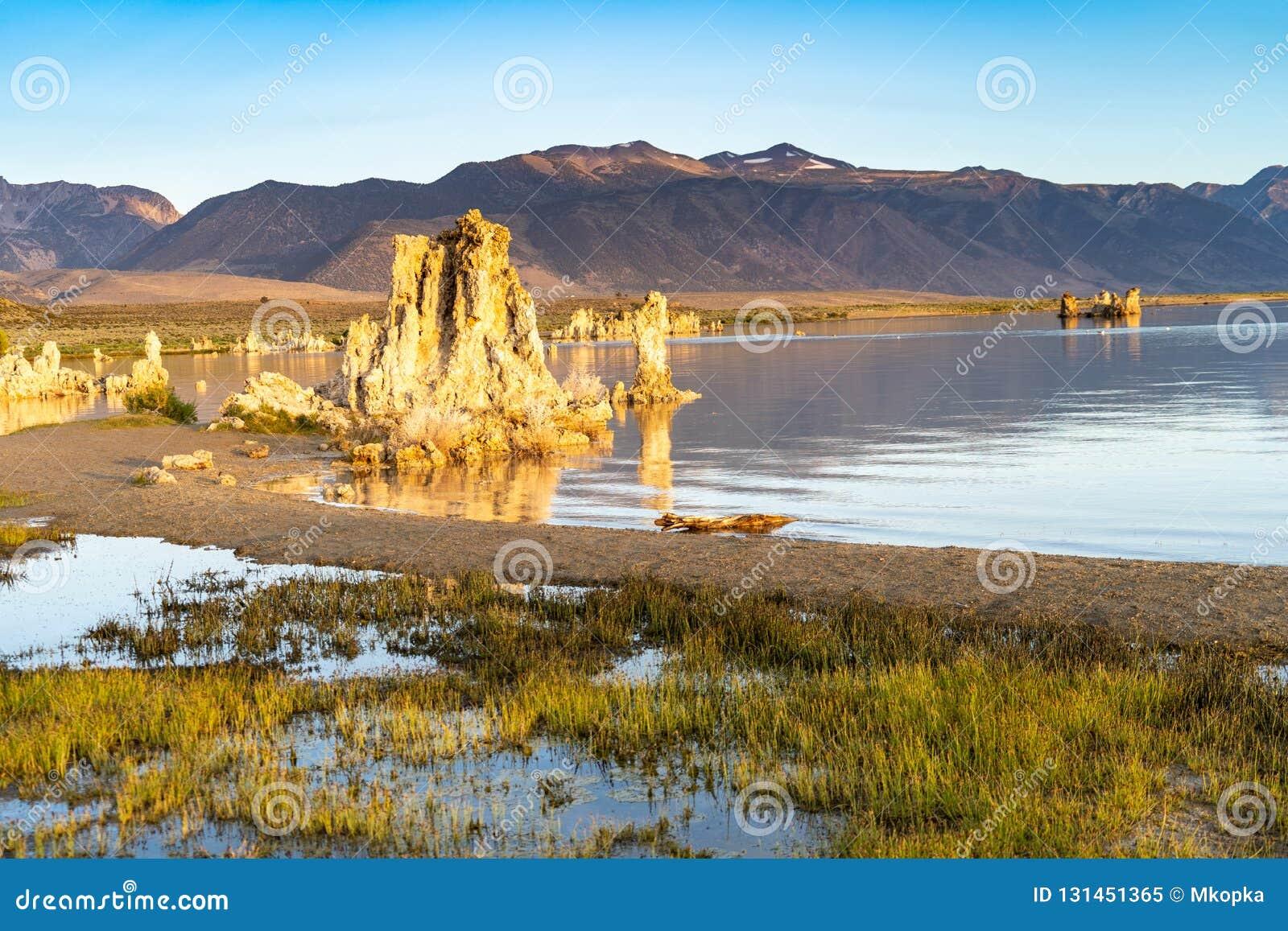 Mooie tufa vormingen bij Monomeer met kalme wateren tijdens zonsopgang Oostelijke Siërra Nevada California