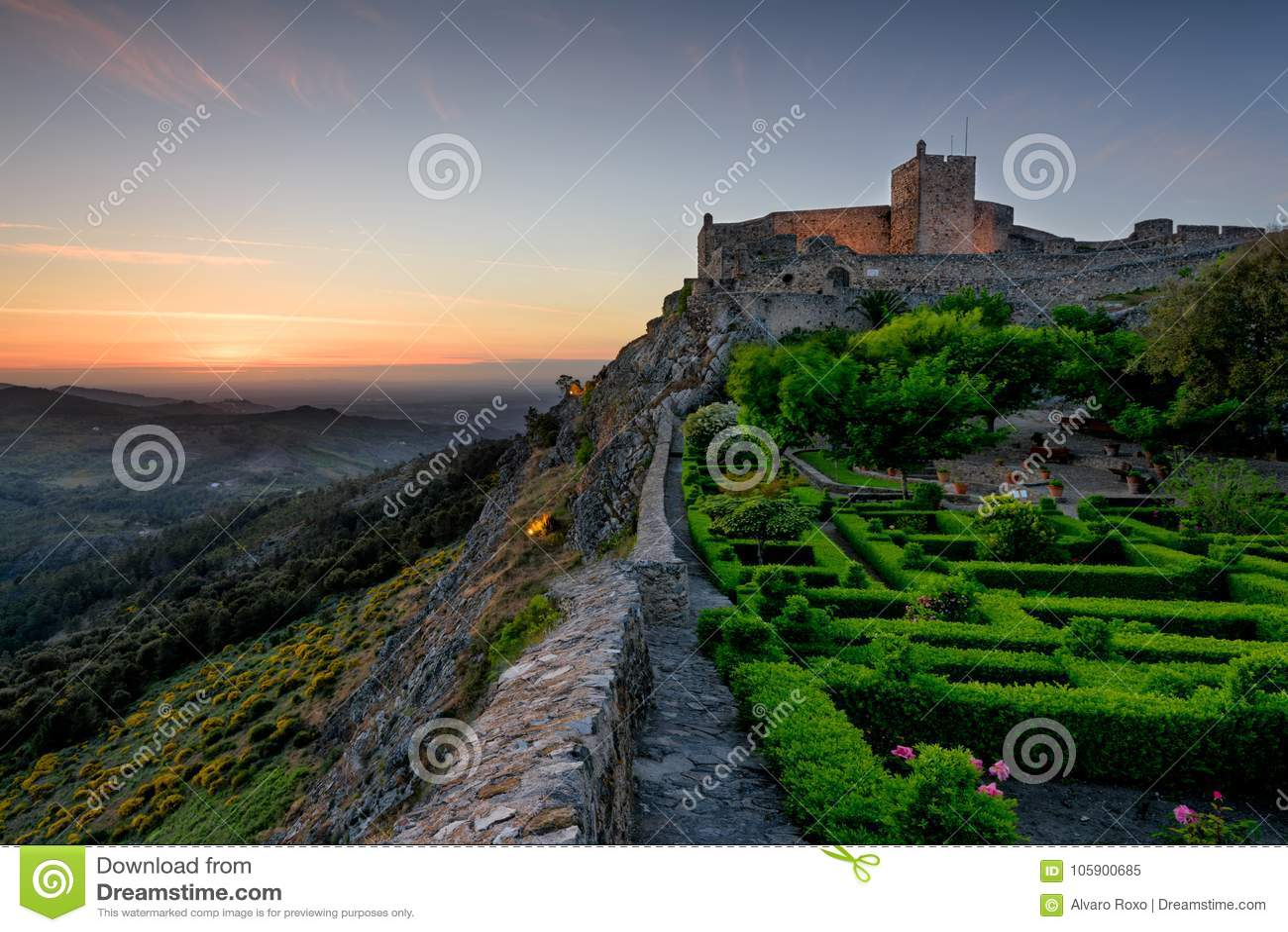 Mooie tuin binnen de muren van de vesting in Marvao, Alentejo