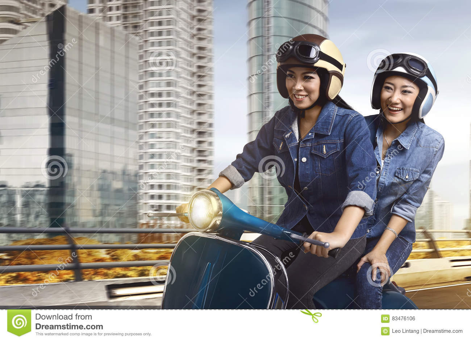 Mooie twee Aziatische vrouwen berijdende autoped samen