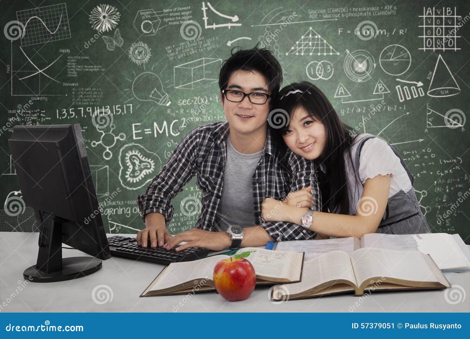 Mooie twee studenten in klasse