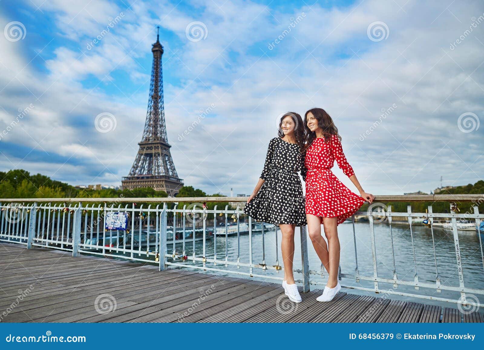 Mooie tweelingzusters voor de toren van eiffel stock foto afbeelding 68456379 - Toren voor pergola ...