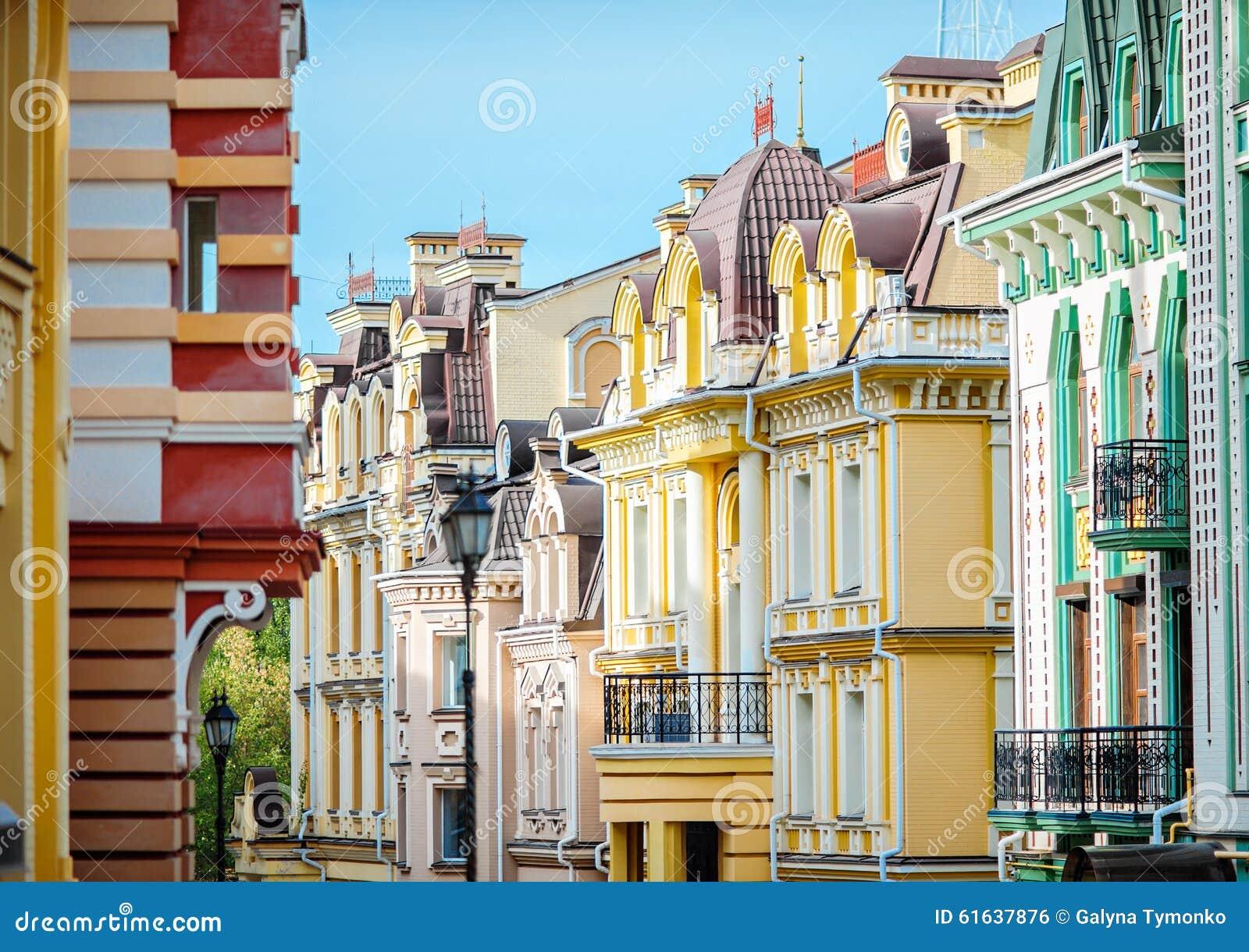 Mooie uitstekende architectuur kleurrijke huizen in kiev for Huizen architectuur