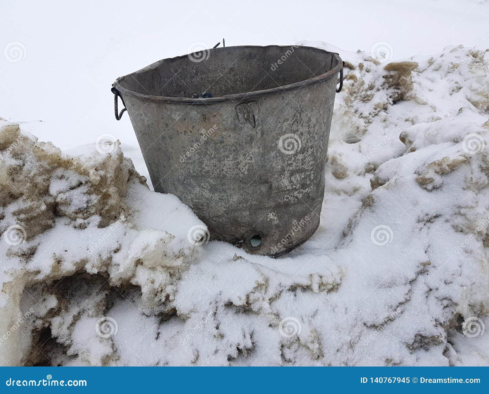 Mooie uitstekende vuilnisbak op sneeuw