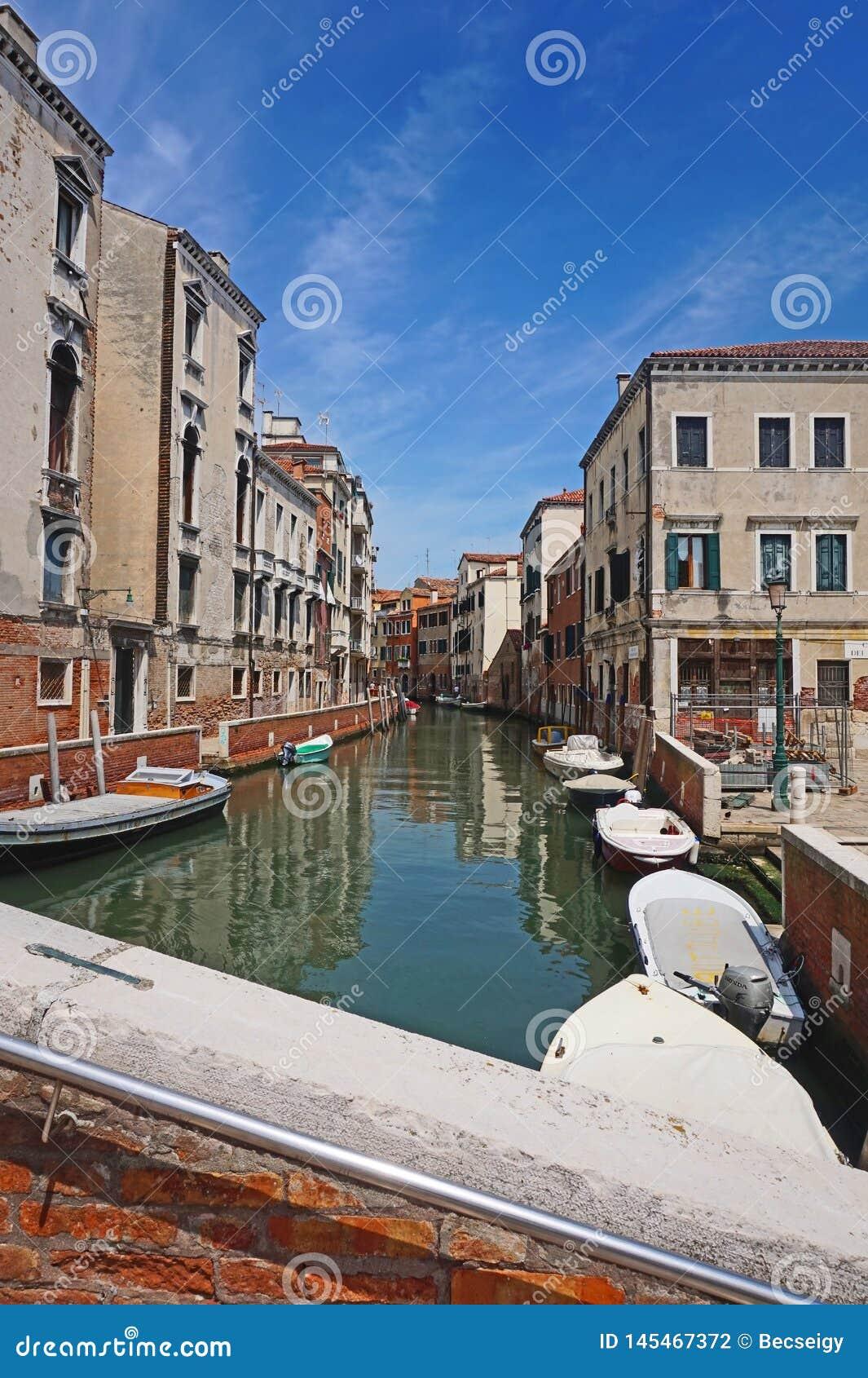 Mooie Venetiaanse kanaalstraat - Venetië, Italië