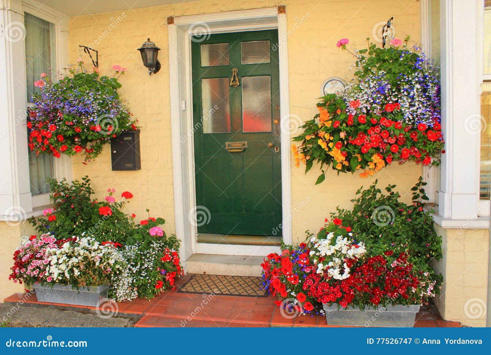 Mooie verfraaide huisingang redactionele fotografie afbeelding 77526747 - Tuin decoratie buitenkant ...