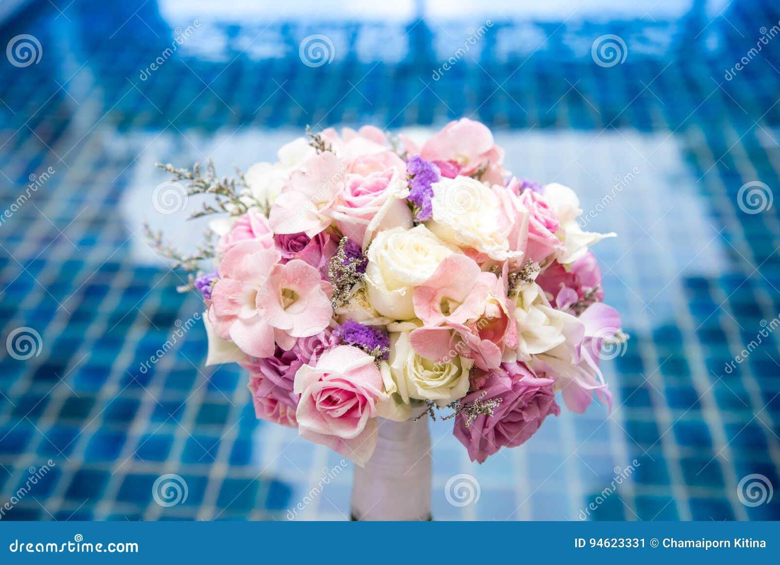 Mooie verse huwelijksbos van roze lilac purpere wit en vio