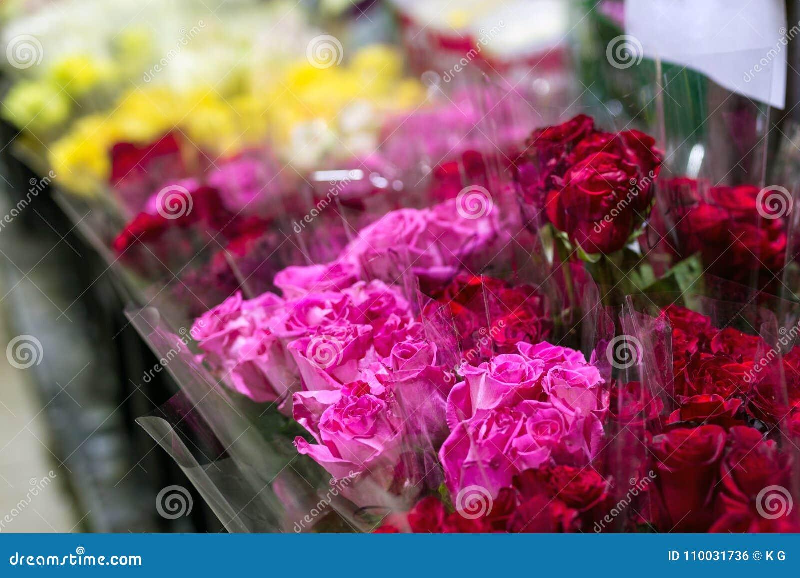 Mooie verse rode rozen bij flowermarket In het groot bloemwinkel Het kleinhandels en brutoconcept van de snijbloemopslag