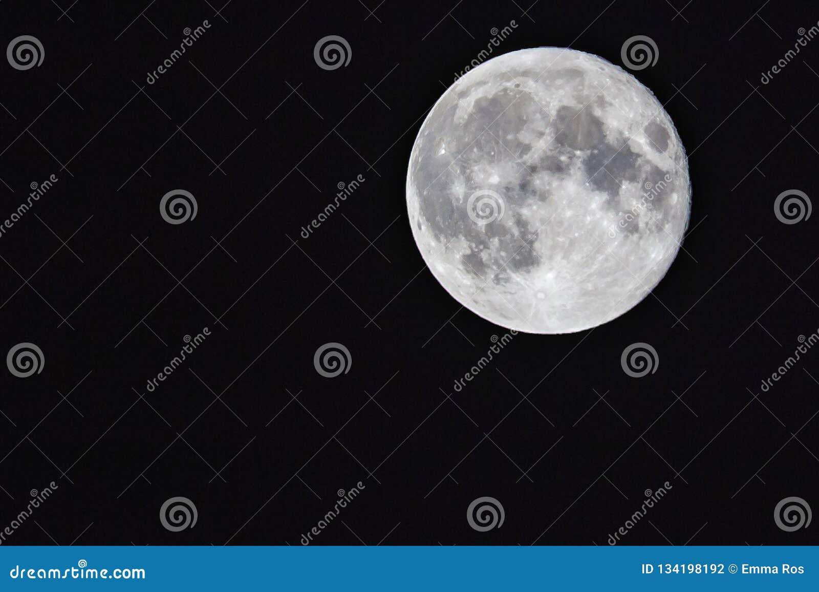 Mooie volle maan met een mening van de kraters aan een glasheldere hemel