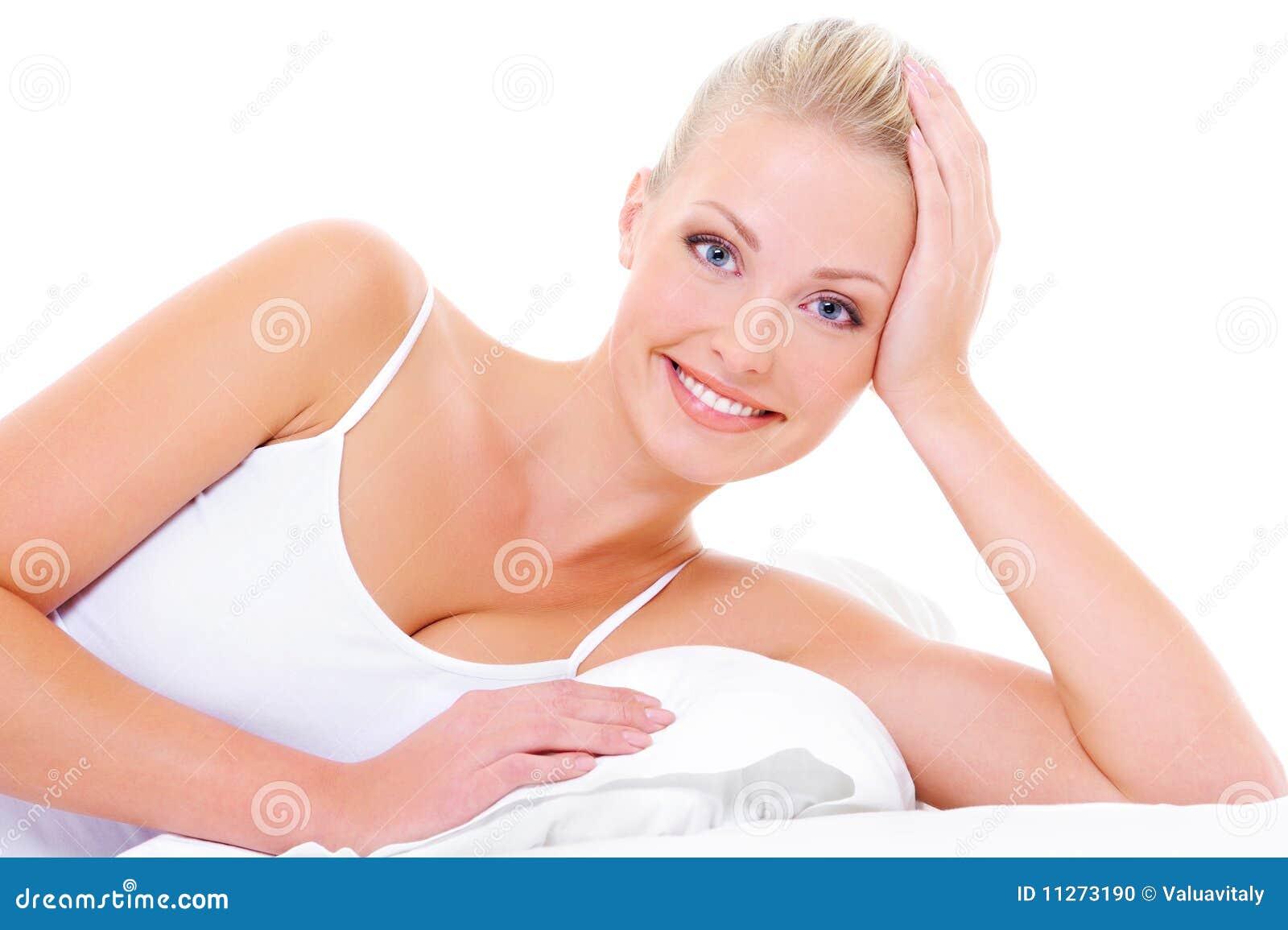Mooie vrolijke vrouw met gelukkige toothy glimlach